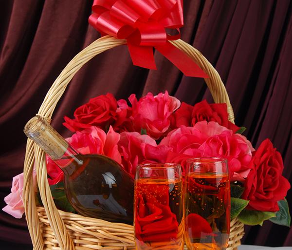 Roosid korvis punase lauaveiniga